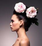Profilera ståenden av en härlig brunettkvinna med idérik hai Royaltyfri Bild