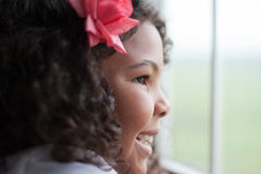 Lyckligt barn som ut ser fönstret arkivbild