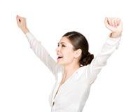 Den lyckliga kvinnan med lyftt räcker upp royaltyfri fotografi