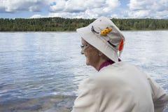 Profilez l'image d'une dame supérieure utilisant un chapeau de pêche Photo libre de droits