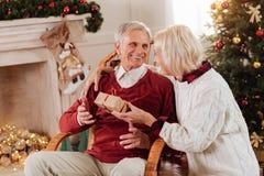 Profilez la photo de la femme blonde cet embrassement de son homme Photos stock
