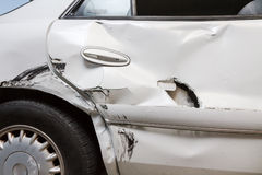 Profilez la vue d'un véhicule bosselé avec un trou Photographie stock libre de droits