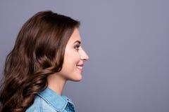 Profilez la vue de côté d'adorable gai mignon gentil à la mode élégant photos stock
