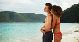 Profilez la vue des couples se tenant sur la plage dans les Caraïbe Photo libre de droits