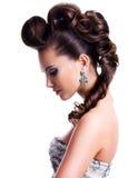 Profilez le portrait d'une belle femme avec la coiffure créative photo stock