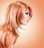 Profilez le portrait de la belle jolie femme avec de longs poils rouges image stock