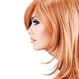 Profilez le portrait de la belle jolie femme avec les poils rouges Photographie stock