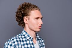 Profilez le portrait de vue de côté de beau à la mode élégant occupé photo stock