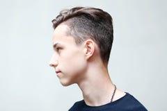 Profilframsida för ung man på grå färger Royaltyfri Bild
