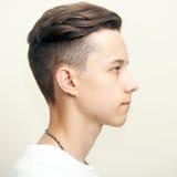 Profilgesicht des jungen Mannes über Grau Lizenzfreie Stockfotografie