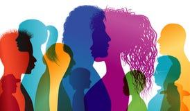 Profili della siluetta della gente multirazziale Dialogo intercontinentale Gruppo di persone delle età e delle nazionalità differ illustrazione di stock