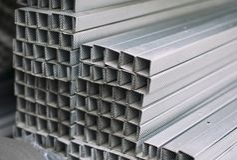 Profili di alluminio del metallo grigio della sezione trasversale rettangolare fotografia stock