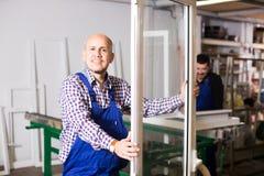 Profili e finestre del PVC dei prodotti dei lavori Immagine Stock