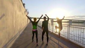 Profili gli atleti del salto sul cielo con il tramonto, movimento lento video d archivio
