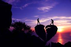 Profili il concetto del fondo del biglietto di S. Valentino, coppie che tirano la corda sulla pietra in forma di cuore rotta immagine stock libera da diritti