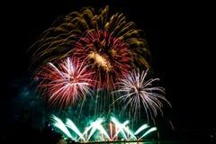 profili il fuoco d'artificio di sorveglianza della donna, bello fuoco d'artificio variopinto Fotografie Stock