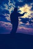 Profili il punto di vista posteriore della donna che sta con la tenuta della luna piena sopra Fotografie Stock