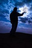 Profili il punto di vista posteriore della donna che sta con la tenuta della luna piena sopra Fotografie Stock Libere da Diritti