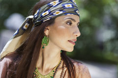Profili il ritratto di un modello che porta un foulard Fotografia Stock Libera da Diritti
