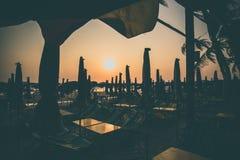 Profili il tramonto della sedia di spiaggia sulla spiaggia fotografie stock libere da diritti