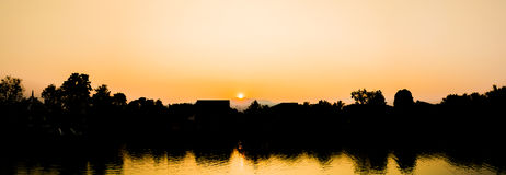 profili l'immagine del colpo del cocco e del cielo del tramonto in backgrou fotografia stock