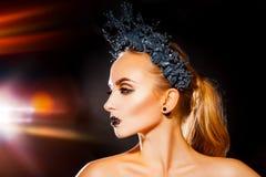 Profili la foto della donna sexy con la corona su trucco capo e sveglio Fotografia Stock Libera da Diritti