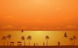 Profili la palma con la famiglia e le coppie nella progettazione piana dell'icona nell'ambito del fondo del cielo del tramonto Fotografia Stock Libera da Diritti
