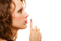 Profili la parte della donna del fronte con il gesto del segno di silenzio isolata Fotografia Stock
