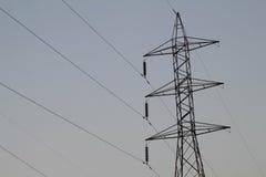 Profili la posta ad alta tensione elettrica con il fondo del cielo - silh Fotografie Stock