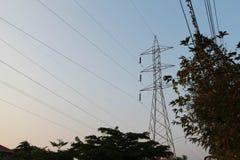 Profili la posta ad alta tensione elettrica con il fondo del cielo - silh Fotografia Stock