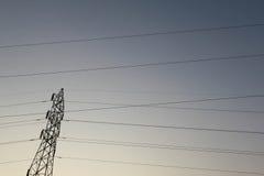 Profili la posta ad alta tensione elettrica con il fondo del cielo - silh Fotografia Stock Libera da Diritti