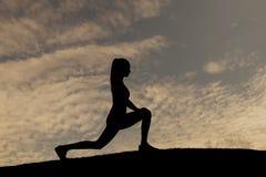 Profili la sportiva su fondo del tramonto Fotografie Stock Libere da Diritti