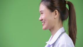 Profili la vista di giovane bello sorridere asiatico felice di medico della donna archivi video