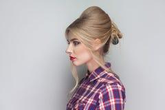 Profili la vista laterale di bella ragazza con la camicia a quadretti rosa, c immagini stock