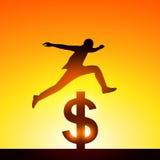 Profili un uomo che salta sopra il simbolo di dollaro Concetto della vittoria Immagine Stock
