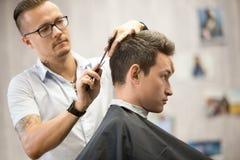 Profilieren Sie Ansichtporträt des attraktiven jungen Mannes, der Haarschnitt erhält Stockbilder
