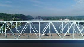 Profilieren Sie die Vogelperspektive des Verkehrs überschreiten über Brücke bei Sonnenaufgang stock video