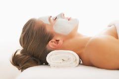 Profilieren Sie Porträt der jungen Frau mit Wiederbelebungsmaske auf Gesicht Lizenzfreie Stockfotos