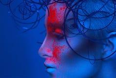 Profilieren Sie Porträt der sexy erwachsenen Frau mit Pulver auf Gesicht Lizenzfreies Stockbild