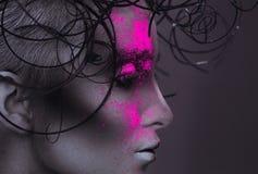Profilieren Sie Porträt der sexy erwachsenen Frau mit Pulver auf Gesicht Stockfotos
