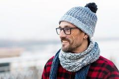 Profilieren Sie Porträt des jungen lächelnden Mannes in der roten Jacke Winter gestrickte Kleidung für städtischen Mann Profil de stockfotografie