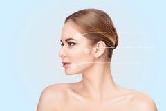 Profilieren Sie Porträt von schönen Blondinen mit grünen Augen auf grauer Hintergrundnahaufnahme Mädchen mit sauberer Haut Stockbilder
