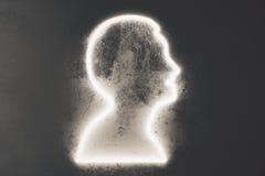 Profilieren Sie Schattenbild eines Mannes auf schwarzer Betonmauer Stockfotos
