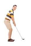 Profilieren Sie Schuss eines jungen Mannes, der Golf spielt Stockbilder