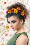 Profilo attraente caucasico della donna con le margherite variopinte in capelli Immagini Stock