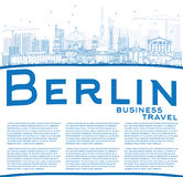 Profilo Berlin Skyline con le costruzioni e lo spazio blu della copia Fotografia Stock