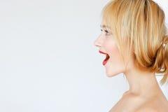Profilo dai capelli rossi felice emozionante della donna, spazio libero immagini stock