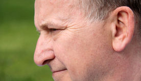 Profilo del fronte maschio umano che sorride vicino in su Immagine Stock Libera da Diritti