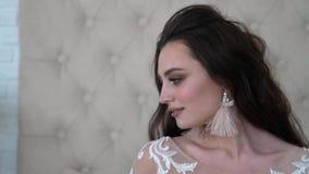 Profilo del ritratto di bella ragazza elegante archivi video