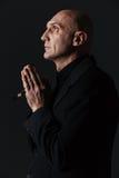 Profilo del rosario bello e di pregare della tenuta dell'uomo fotografie stock